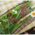 Activité créative nature, création d'un tissage de feuilles et de fleurs