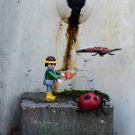 Mise en scène avec un playmobil sur le thème du jardin et des insectes