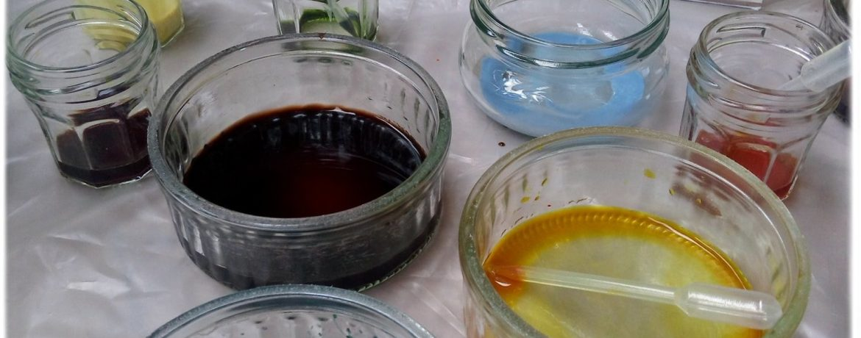 couleurs végétales dans leurs pots de peinture et un aperçu d'un croquis fait avec ces peintures végétales