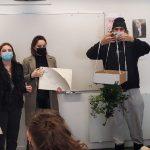Photo d'un groupe de personnes présentant la réalisation d'un projet écologique en maquette