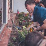 Atelier jardin - photo de groupe en train de jardiner en équipe