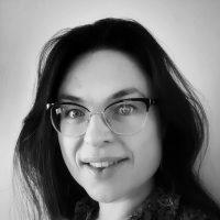 Portrait en noir et blanc de Juliette Bigot - vitrailliste et Médiation artistique